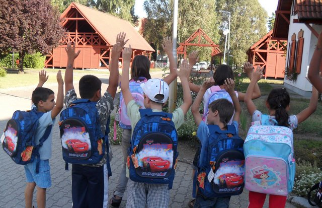 Az SOS gyerekfalu elsősei az új táskáikkal.