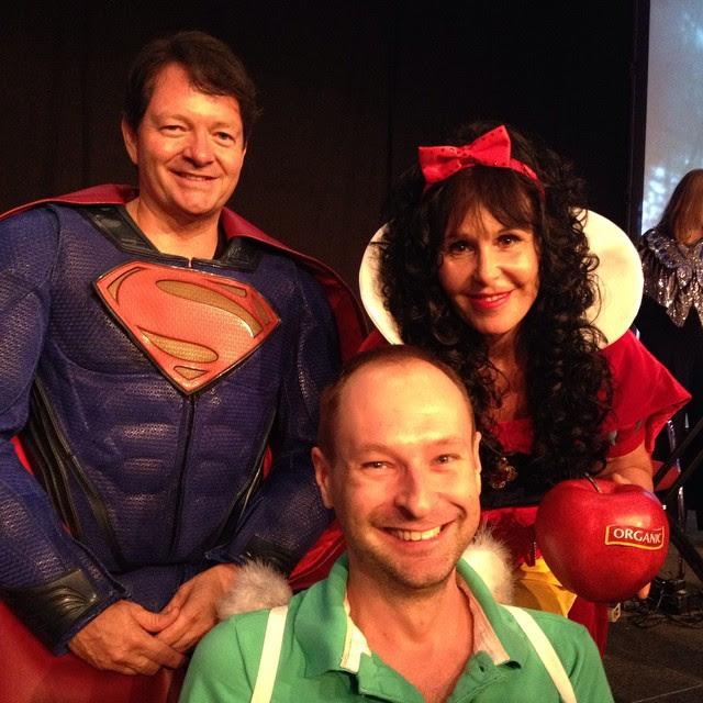 Ez a közös kép a jelmezes buliban készült rólunk. Doreen Virtue Hófehérkének öltözött (bio almával, természetesen), a férje Superman jelmezét öltötte magára. A zöld pólóhoz felvett angyalszárnyakat me