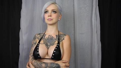 Mozartra ugrálnak a tetovált lány mellei – videó
