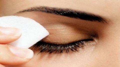 Így mosd le a szemfestéket a legegyszerűbben