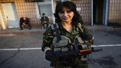 Nők fegyverrel az orosz–ukrán határ mentén