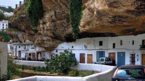 A sziklák alatt élő spanyol falu