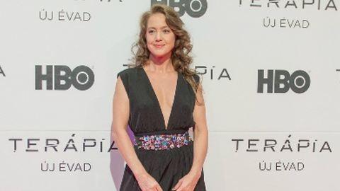 Szexi dekoltázzsal ünnepelt a Terápia színésznője – galéria