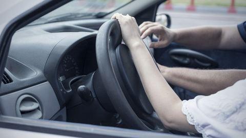 És akkor az oktató az autóban a combomra tette a kezét…