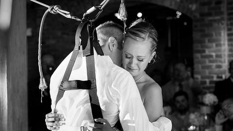 Felállt a tolószékből a vőlegény az első táncra – megható fotók