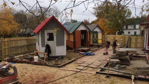 A városlakók apró házakat építettek azoknak, akiknek nincsen