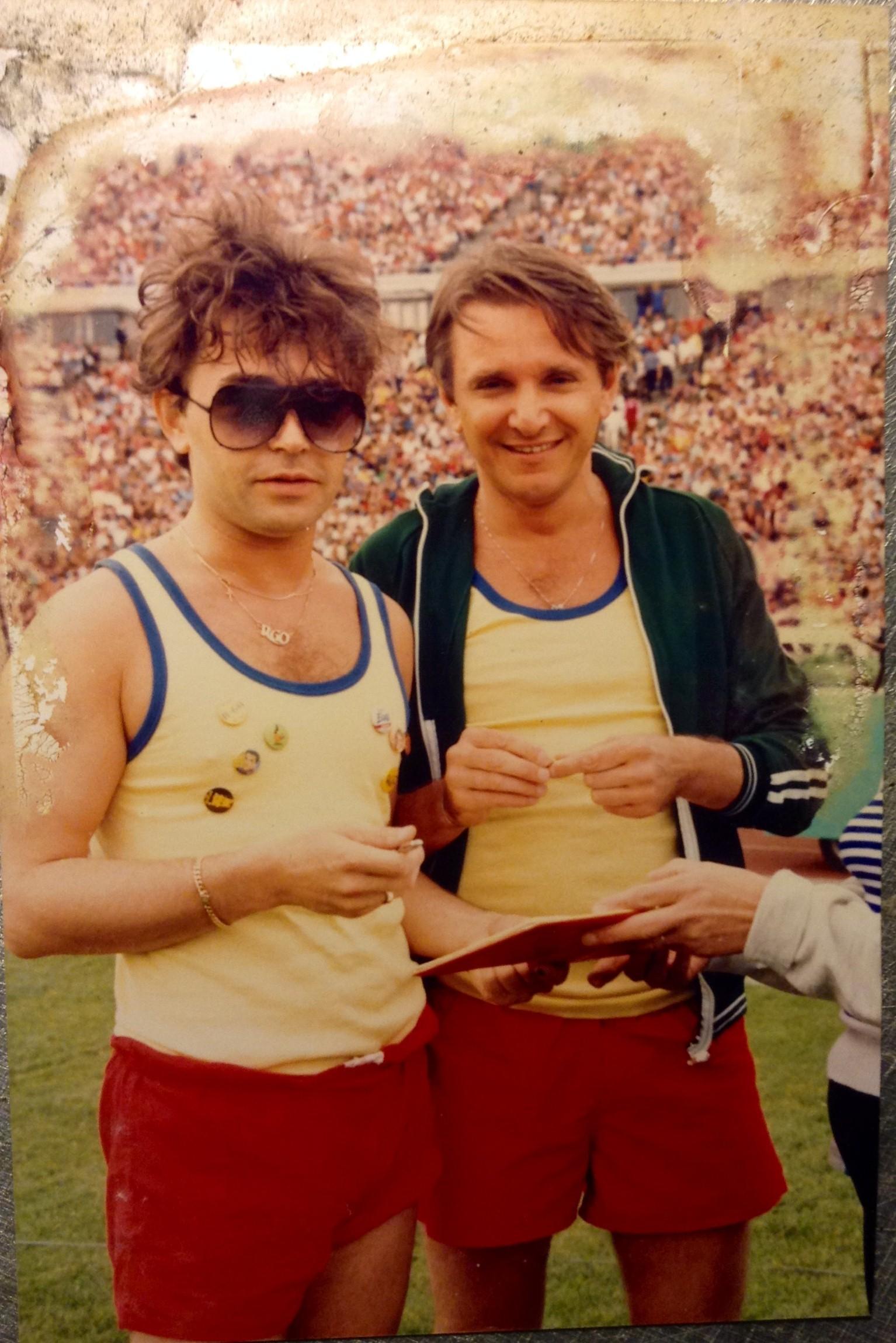 Szikora Róbert és Komár László – a fotó 1983-ban készült a SZÚR találkozón. A kép – egészen halála napjáig - Komár László íróasztalán állt, miután elhunyt, özvegye Szikora Róbertnek ajándékozta a fotó