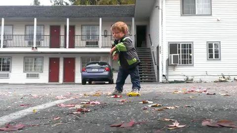 Elképesztően táncol a csöpp fiúcska – videó