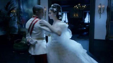 Cara Delevigne csilingelő hangon énekel Sisi királyné bőrébe bújva