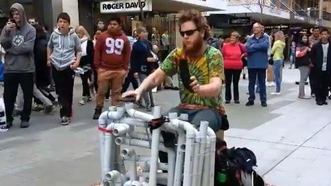 Flipflop papuccsal zenél egy férfi – videó
