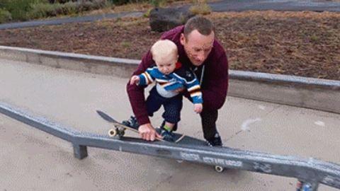 A nap legcukibb mozgóképe: így tanítja deszkázni fiát egy apuka