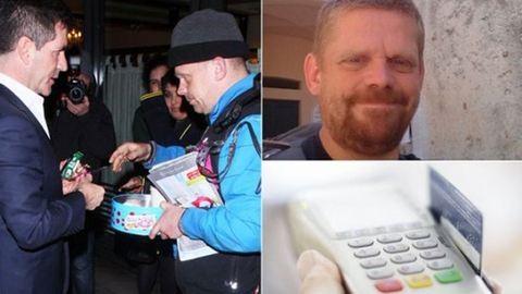 Bankkártya-leolvasót hord magánál a koldus