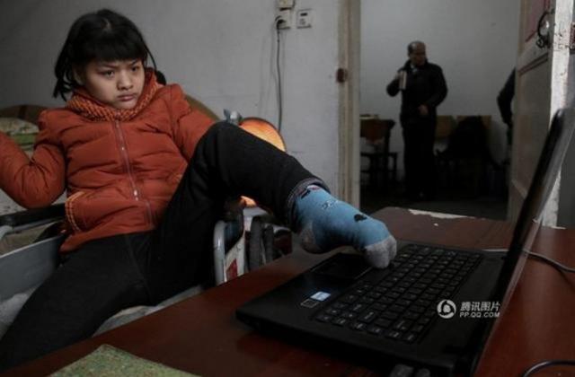 Lábával ír könyvet a mozgáskorlátozott lány