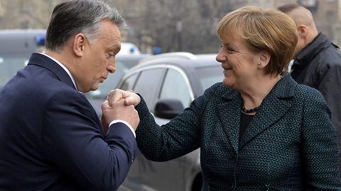 A hölgy, az úr és az a bizonyos kézcsók: illik így köszönteni Merkelt?