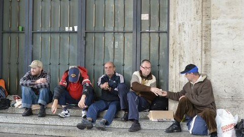Sorban álltak a hajléktalanok az ingyenes fodrászatnál