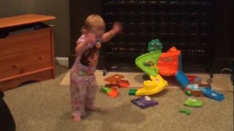 Tündéri videó: így örül a baba az időjárás-jelentésnek