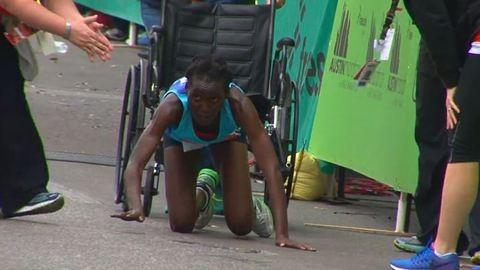 Négykézláb mászott be a célba a futónő – videó