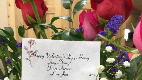 Halála után is küldi a virágcsokrokat a férj