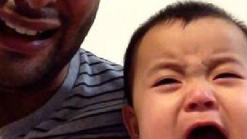 Így tudja irányítani kisfia sírását az apa – videó