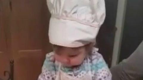 Úgy töri a tojást a kisbaba, ahogy te sosem fogod – tüneményes videó
