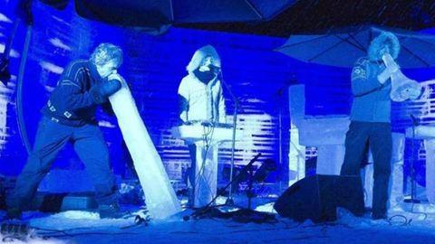 Lenyűgöző videó: jég hangszereken játszik a zenekar
