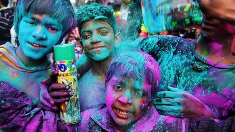 Holi fesztivál: színes festékekben úszik fél India