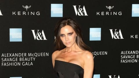 Victoria Beckham valami egészen bizarr dolgot művelt külsejével – galéria