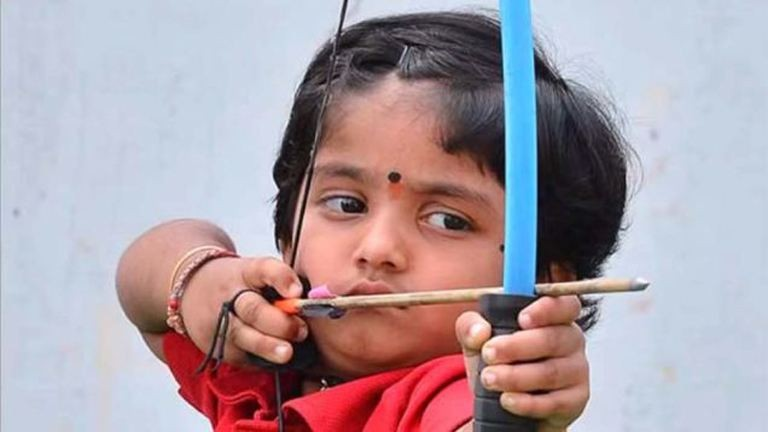 Rekordokat dönt íjászatban a kétéves kislány – videó