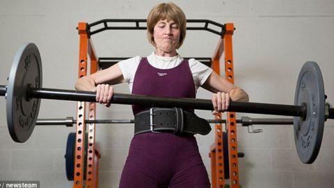 57 éves súlyemelő nagyi a net sztárja