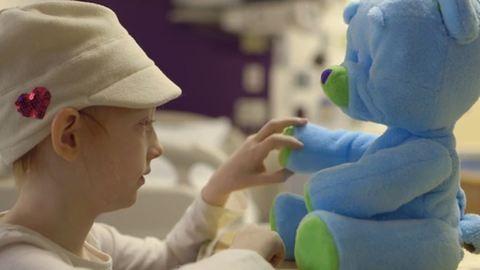 Beteg gyerekeken segít a robotplüssmaci