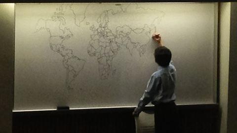 Emlékezetből rajzolta le a világtérképet egy autista kisfiú – fotók