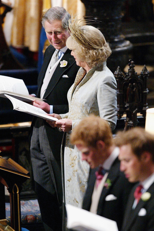 2005. február 10-én jelentették be eljegyzésüket, Károly nagyanyja, Erzséber királyné gyűrűjét húzta Kamilla ujjára.