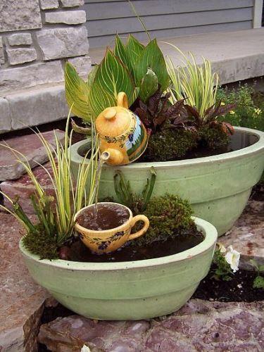 Különleges teáskannákból készített szökőkutak a kertbe