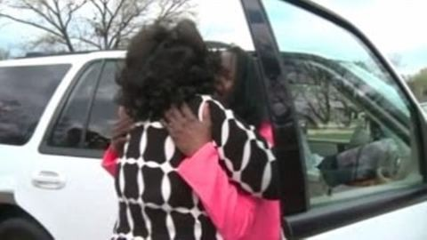 Megható pillanat: az édesanya 50 évvel később látja először lányát