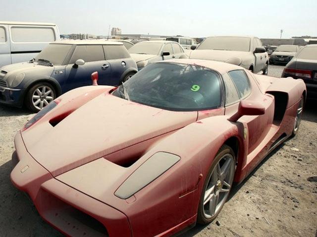 Dubaiban az elhagyott luxusautók okoznak gondot