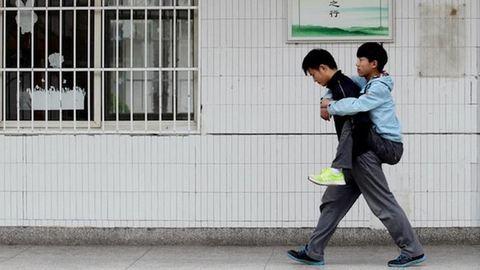 Hátán viszi iskolába legjobb barátját – szívszorító fotók