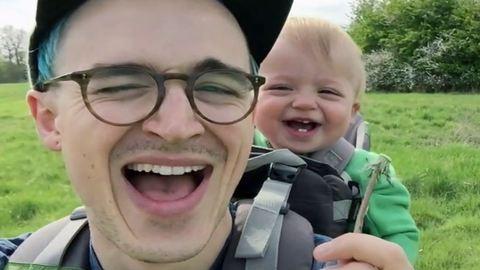 A nap legaranyosabb videója: tündéri baba pitypanggal