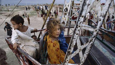Szívszorító fotók: így játszanak a gyerekek Pakisztán nyomornegyedeinek vidámparkjaiban