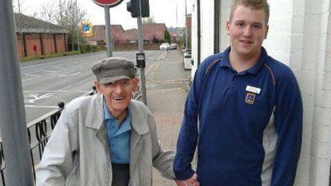 Megható történet: biztonságban akarta tudni, ezért hazakísérte az idős férfit