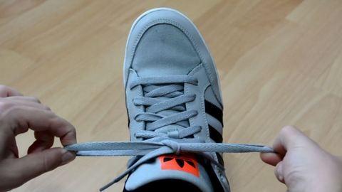 Így kösd be a cipőd 2 másodperc alatt – videó