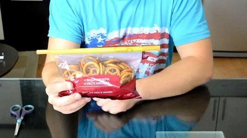 Így zárd vissza a zacskós élelmiszerek csomagolását! – videó