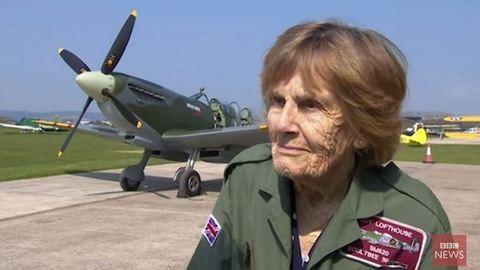 Így repül a 92 éves veterán pilótanő! – videó