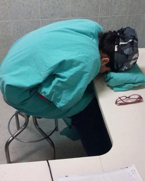 Műszak közben alvó orvosok képei terjednek vírusként