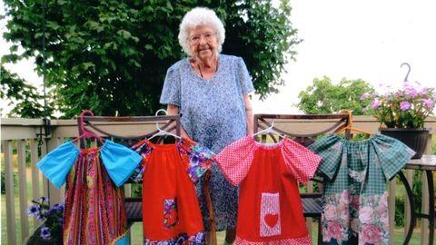 1000 ruhát varrt a rászorulóknak a 100. születésnapjára