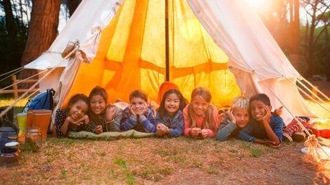 Mi legyen a gyerekkel a nyári szünetben? – Két iskolás gyerek, 11 hét szünet