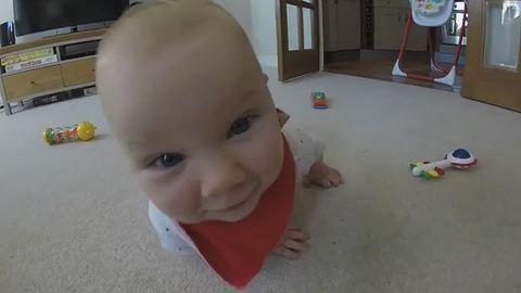 Bűbájos videó: meg akarta enni a kamerát a baba