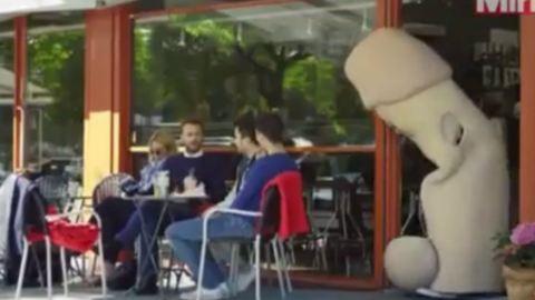 Hatalmas pénisszel ijesztgetnek egy norvég felvilágosító kampányban - videó