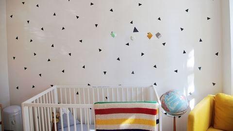 Íme a legegyszerűbb babaszoba faldekor, öntapadós tapétával! – fotók