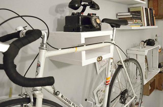 Polcba épített biciklitartó. Fotó: pinterest.com