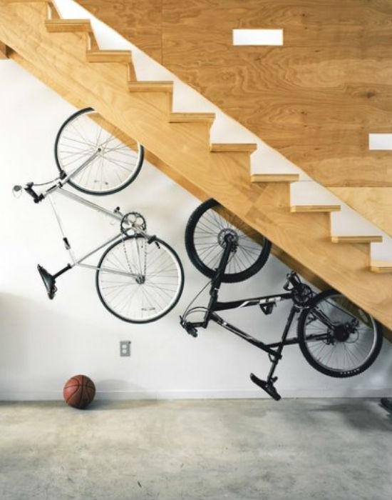 Így is lehet. Lépcső alá rejtett bringák. Fotó: picheaven.net